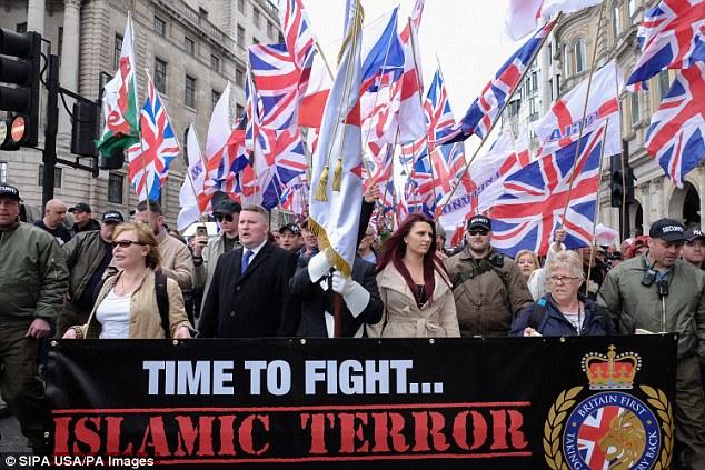 Los manifestantes sostienen pancartas y banderas de la Unión durante una protesta titulada 'Marcha de Londres contra el terrorismo' en respuesta al ataque terrorista de Westminster del 22 de marzo el 1 de abril de 2017 en Londres.