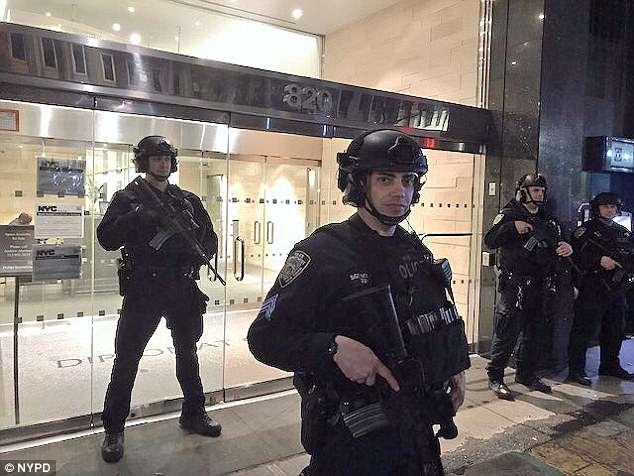 El Departamento de Policía de Nueva York publicó esta foto de oficiales desplegados contra el terrorismo