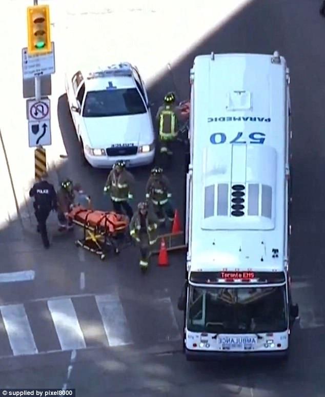 Las imágenes de helicóptero de TV del golpe y correr muestran una carga completa de paramédicos que llegan a la escena en Toronto, Canadá