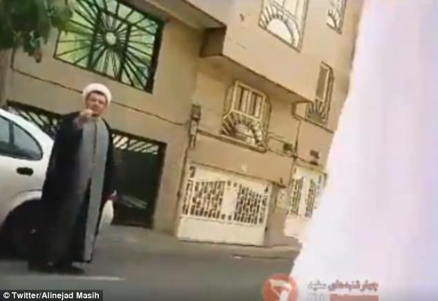 Un clérigo en Irán fue visto exigiendo a una mujer que se cubriera el pelo en otro video publicado en línea