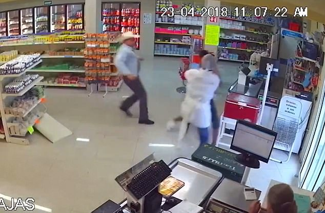 Desperately trying to flee, the robber then brandishes a long kitchen knife in a bid to escape