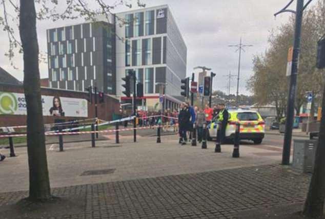 Cuatro ambulancias respondieron a la escena en Cambrian Road, que se encuentra en el centro de la ciudad