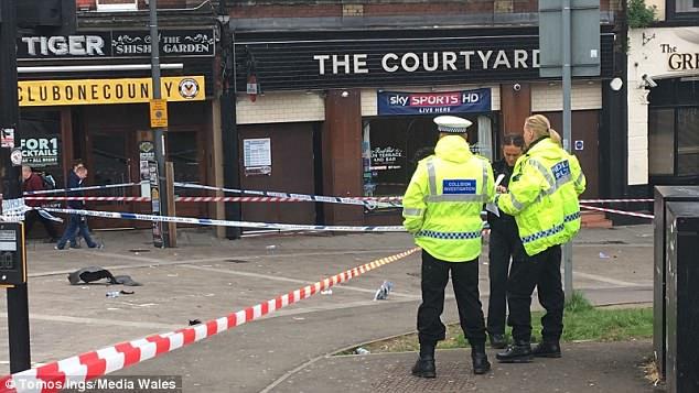 En la escena del crimen esta mañana, las fotos parecen mostrar piezas del auto en el suelo