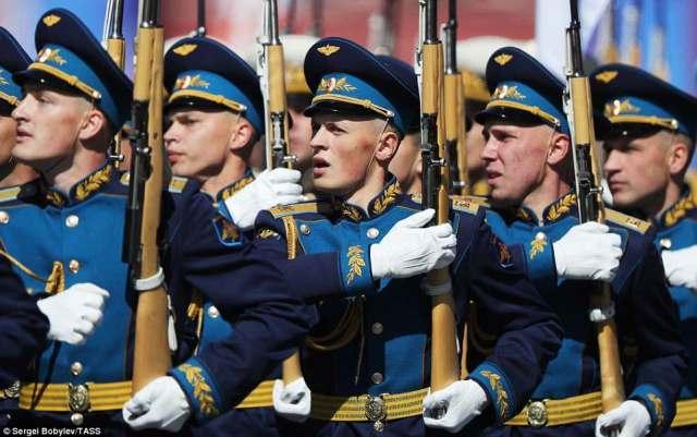 ロシア軍はプーチン大統領の演説に、伝統的な「ハレイ」の叫び声で答えた
