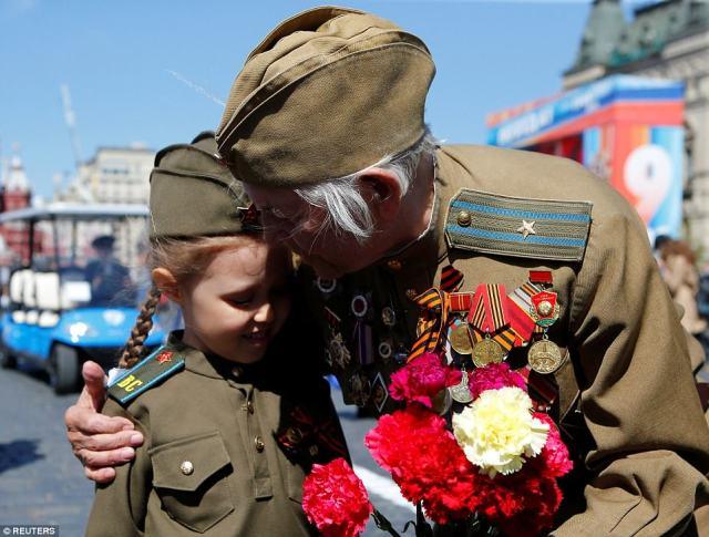 ロシア人が大祖国戦争と呼ぶベテランは少女を包み込む。 第二次世界大戦の退役軍人であるロシアには160万人の人々が生きています