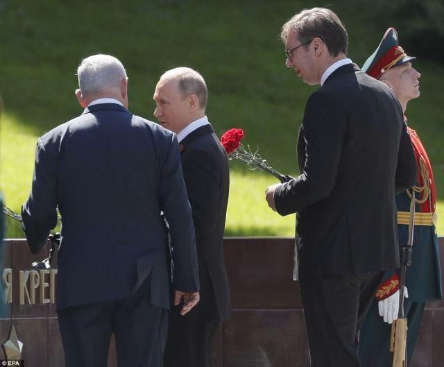 ウラジミール・プーチンは、ベンジャミン・ネタニヤフとアレクサンドル・ヴュシクが、死者の記念碑にカーネーションを敷くように加わりました