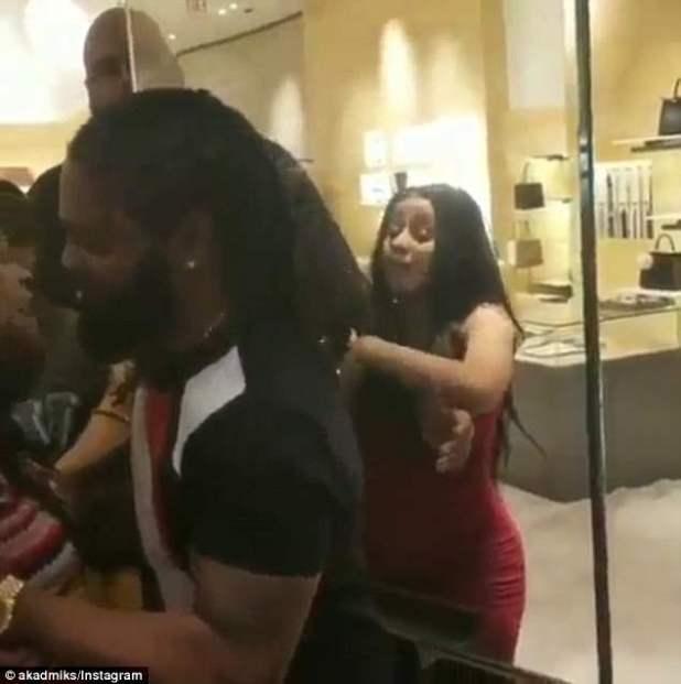 ¡Vamos a hacer ruido!  La embarazada, de 25 años, fue atrapada en una pelea a gritos con una mujer, a quien The Blast identificó como Lolita Beckford-Dawkins, en un video viral que ocurrió el 25 de abril.