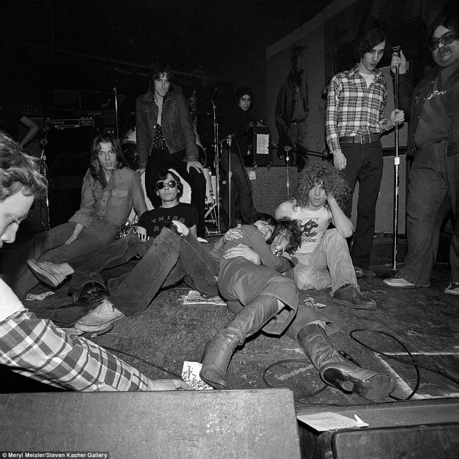 Meisler explained that she started going to CBGB regularly thanks to her friend Judy Jupiter who was dating a bartender who worked at the venue. She captured the above photo of a few band members after a show with Jupiter hugging a guy smoking a cigarette on the ground inside the venue in 1977