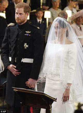 El vestido de Meghan presenta un escote gráfico de bateau abierto y una cintura esculpida esbelta