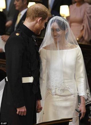 Vestido de Meghan se combinó con un velo de tul de seda con un borde de flores bordadas a mano
