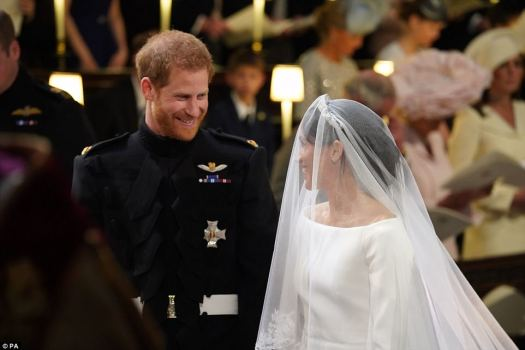 El vestido que hizo llorar a Harry: el príncipe emocional le dijo a Meghan, 'te ves increíble' cuando llegó al altar con su vestido de Givenchy a medida