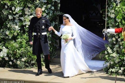 El vestido intemporal logró equilibrar el drama con la simplicidad, gracias a un velo bellamente adornado