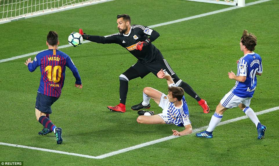 Miguel Angel Moya reaches out to prevent Lionel Messi from doubling Barcelona's lead during the second half of the match