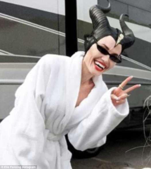 ¡Di queso Angie!  La actriz ganadora del Oscar fue vista sonriendo y mostrando un signo de paz en el set de su nueva película, Maléfica 2 en Londres