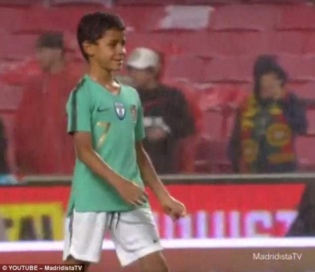 Cristiano Ronaldo Jr. disfrutó de una patada con su famoso padre después de que Portugal derrotara a Argelia