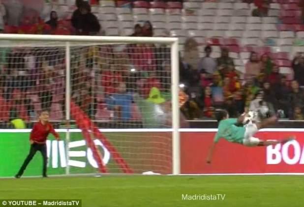 Ronaldo Jr. también anotó con un esfuerzo acrobático después de ver a Portugal ganar por 3-0 en Lisboa