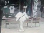 Dies ist der furchterregende Moment, in dem ein Mann eine riesige Machete hervorzuziehen scheint und einen Zuschauer in der Innenstadt von Birmingham attackiert.  CCTV-Aufnahmen zeigen, wie der Mann sich nähert, und zieht sich zurück, was wie die lange und tödliche Klinge aussieht, bevor er einen Schlag auf den Rücken des Mannes macht