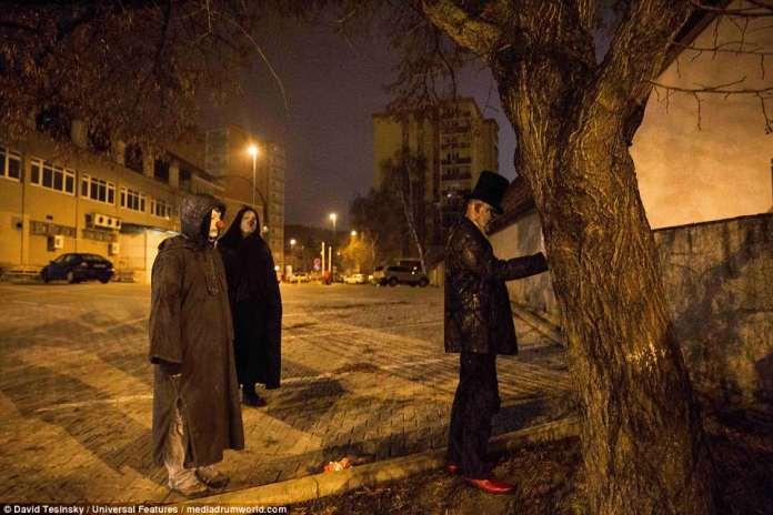 Parecendo 'palhaços das trevas' eles aparentemente entraram em lugares públicos depois da meia-noite, mostrando 'sem emoções, não conversaram e foram ao cemitério mais próximo', disse o fotógrafo David Tesinsky.