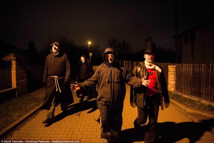 Os adoradores de Satanás foram para as ruas de Praga em seu traje incomum