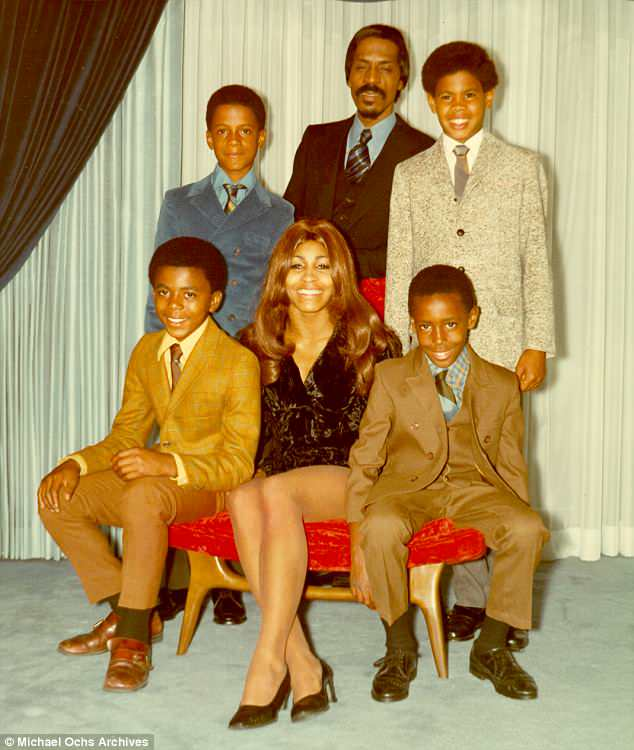 Familienportrait : Ike Senior und Tina posieren für ein Portrait mit ihren Söhnen 1972. Im Uhrzeigersinn von links unten: Michael Turner, Ike Turner Jr., Ike Turner, Craig Hill und Ronnie Turner