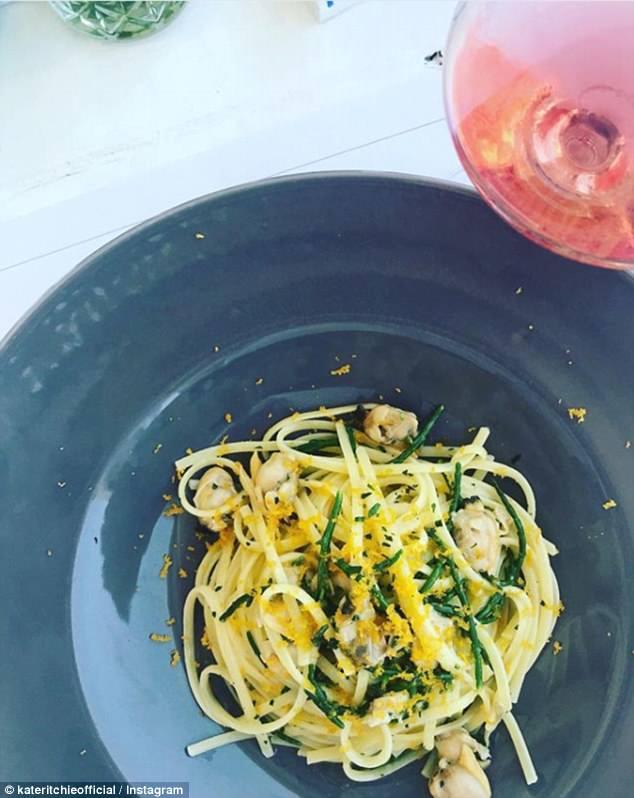 Eintauchen! Während in Italien, Kate hat am Strand Cocktails mit ihrer Freundin genossen und postierte über die ausgezeichneten Wein und Pasta zur Verfügung zu genießen