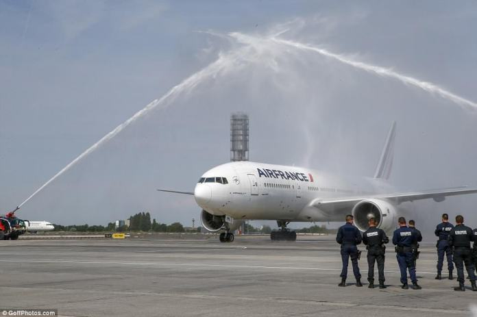 The plane transporting the players was also given a heroes' welcome as it landed inCharles de Gaulle airport