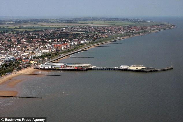 Ein Filebild einer Luftaufnahme von Clacton Pier, wo die Suche nach dem Jungen heute weitergeht