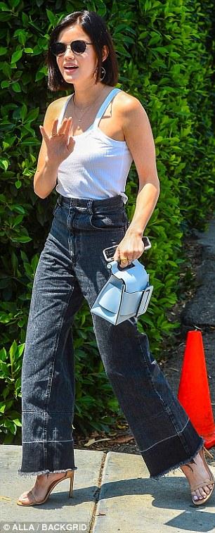 Sieht gut aus: Die 29-jährige Schauspielerin entschied sich für eine stilvolle, hochtaillierte, ausgestellte Hose mit einem eingearbeiteten Hemd und cremefarbenen Absätzen für den Tag