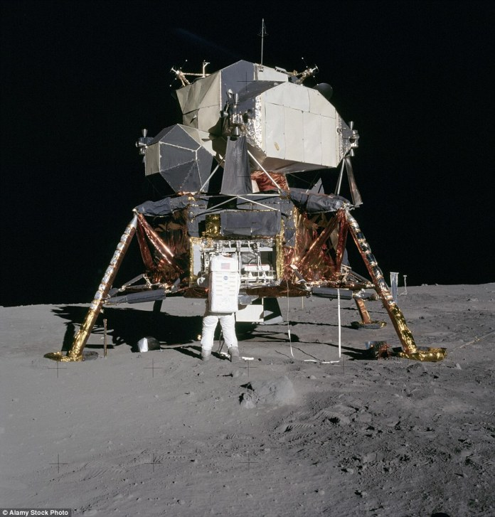 Astronaut Edwin & # 39; Buzz & # 39; Aldrin unpacks experiments from the Moon Landing Module on the Moon during the Apollo 11 mission. Photographed by Neil Armstrong on July 20, 1969