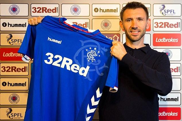Les Rangers ont complété le transfert libre de l'ancien centre de 38 ans Gareth McAuley