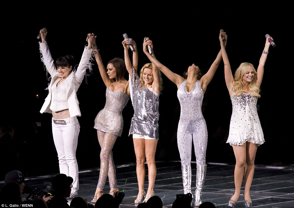 Forever Posh: Victoria a rejoint les Spice Girls pour leur tour du monde de retour en 2007/2008 - après quoi elle a marqué Hollywood avec sa propre émission de télé-réalité et une apparition dans la série humoristique Ugly Betty. C'est après cela qu'elle a porté ses attentions à la mode [pictured: The Return Of The Spice Girls world tour in 2007/08]