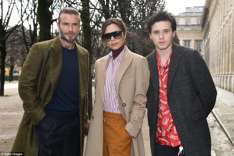 Tricoté: David, Victoria et son fils aîné Brooklyn lors du défilé Louis Vuitton Menswear Automne / Hiver 2018-2019 dans le cadre de la Fashion Week de Paris en janvier