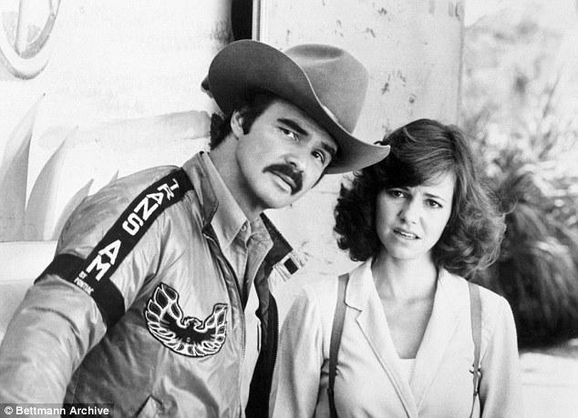 Burt Reynolds et Sally Field dans Smokey et le Bandit III. Beaucoup de ses films ont été tournés dans le sud. Il a souvent joué un coquin adorable qui surpasse les autorités locales comme dans la comédie d'action plébiscitée par le réalisateur Hal Needham