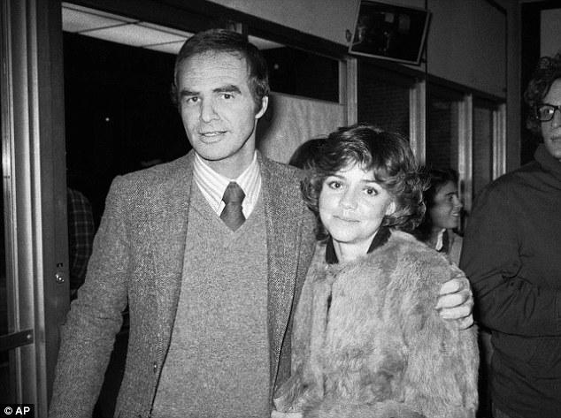 """Burt Reynolds et Sally Field assistent à la pièce hors-Broadway """"Buried Child"""" à New York en 1978. Il décrit Field, alors sa petite amie, comme l'amour de sa vie."""