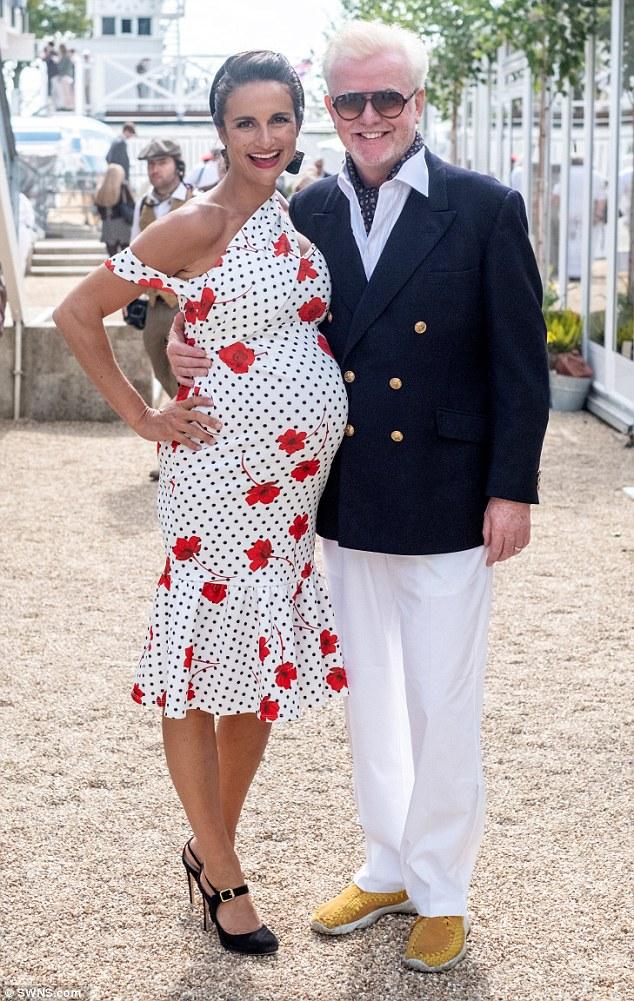 Chris Evans a passé un bon moment avec sa femme Natasha Shishmanian, qui était très enceinte, lors de la première journée du Goodwood Revival au Goodwood Motor Circuit à Chichester, vendredi.