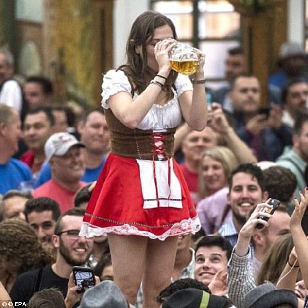 Au cours des 10 dernières années, le nombre de personnes portant des tenues traditionnelles bavaroises a augmenté. Sur la photo: Une femme buvant une bière pendant que la foule regarde