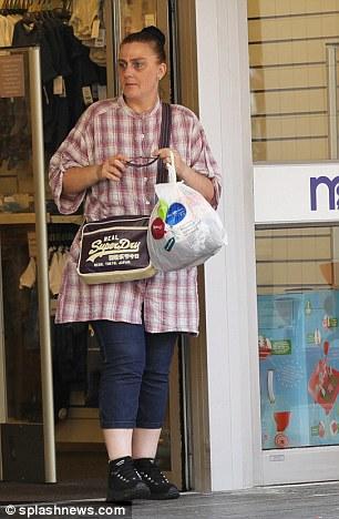 Karen Matthews quitte le magasin Mothercare dans une ville du sud de l'Angleterre où elle a été relogée après sa sortie de prison