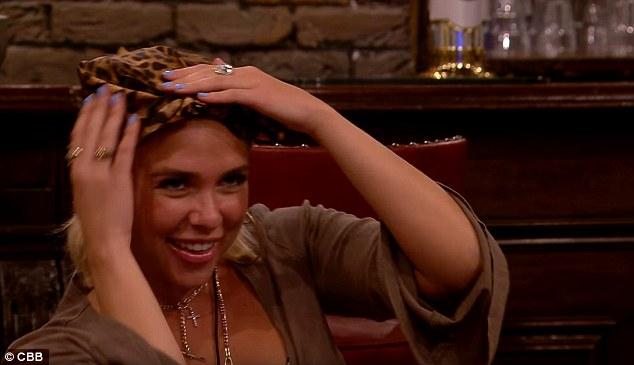 Choqué: Gabby a rigolé quand elle a appris que Ben avait un béguin secret pour elle et se cache le visage dans ses mains