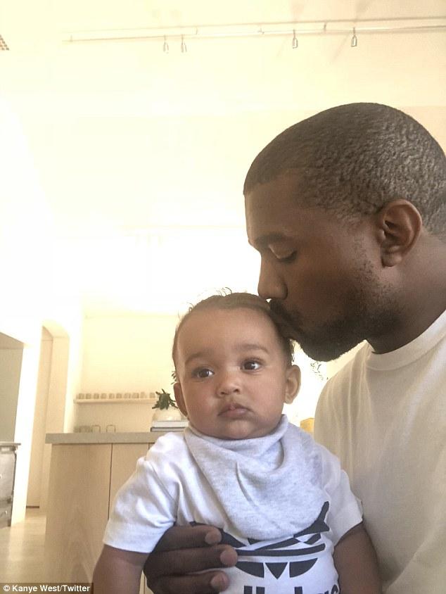 Aww: Kanye West a montré son côté plus doux alors qu'il se dirigeait vers Twitter lundi pour partager une photo adorable de lui-même embrassant une fille de sept mois, Chicago, sur la tête