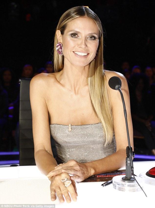 Star de la télé: Heidi était ravissante dans une robe sans manches