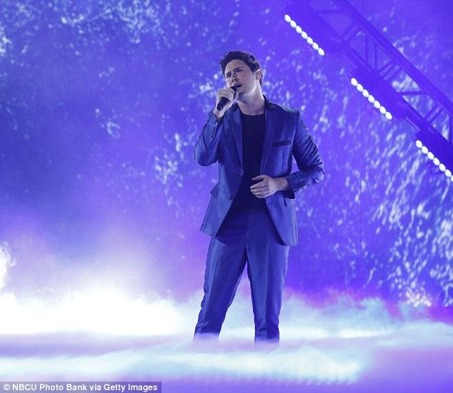 Chanteur d'opéra: le chanteur d'opéra de vingt-cinq ans Daniel Emmet a montré sa voix forte