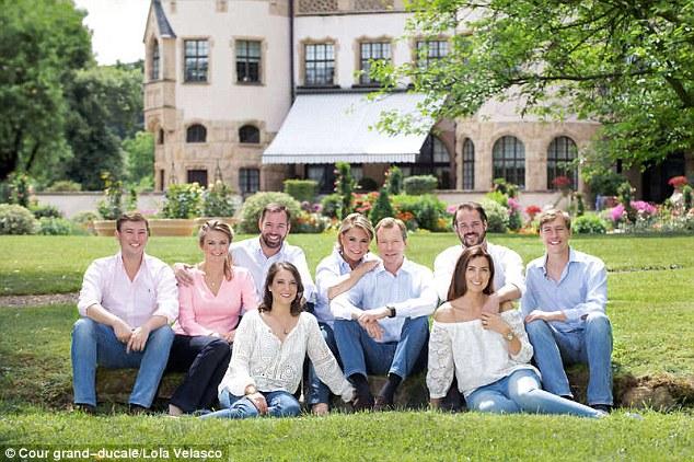 Entspanntes Königshaus: (von links nach rechts) Prinz Louis, 32, Prinzessin Stephanie, 34, Kronprinz Guillaume, 36, Prinzessin Alexandra, 27, Großherzogin Maria Teresa, 62, Großherzog Henri, 63, Prinz Felix, 34, und seine Frau Prinzessin Claire, 33, und Prinz Sébastien, 26, posieren in Jeans bei Berg Castle