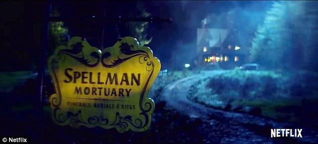 Home sweet home: Une femme chante une version effrayante de Happy Birthday alors que le teaser commence par un flash d'images cryptiques de la morgue de Spellman