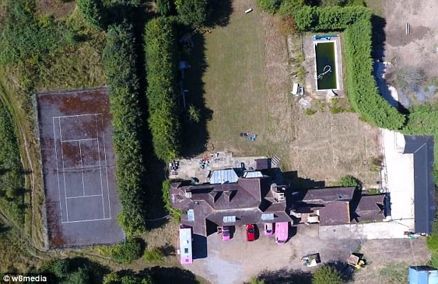 """Furieux: Katie Price aurait laissé ses voisins bouillonner à cause de la maison de Horsham de 2 millions de livres sterling qu'elle avait promis de """"construire une vraie ferme"""" avec une résidente qui prétend discréditer le village"""