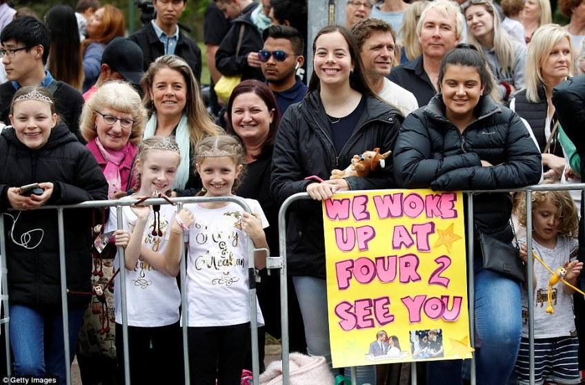 Thousands of royal fans have gathered at Melbourne's Royal Botanic Gardens, braving what was a slightly rainy morning