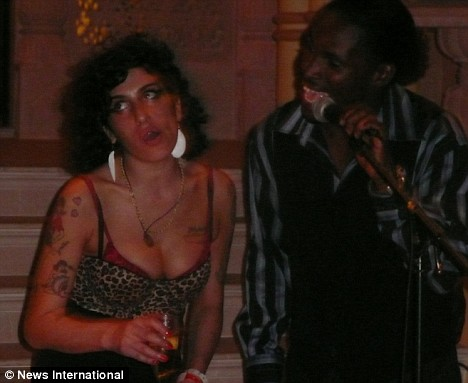 amy winehouse crawls on all fours during vacation