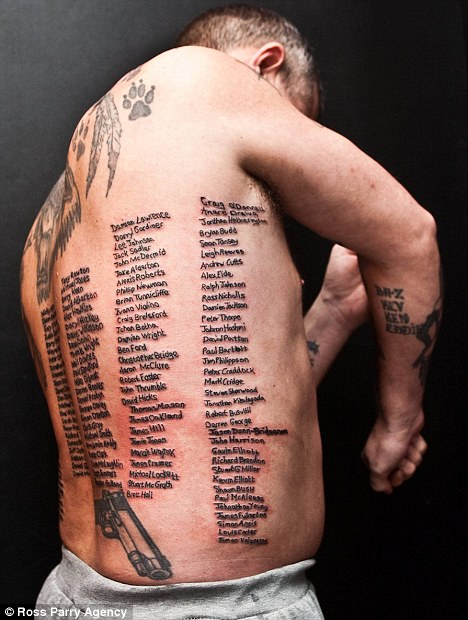 Shaun Clark con tatuati i nomi dei 223 soldati inglesi morti in Afghanistan