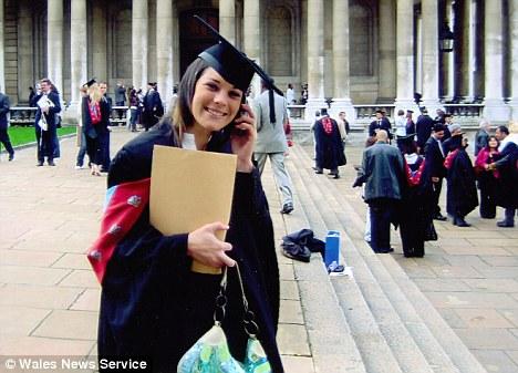 Emma Jones seorang guru warga Inggris yang mengajar di Abu Dhabi diketemukan tewas bunuh diri setelah  foto foto bugilnya disebarkan di facebook oleh mantan kekasihnya Jamie yang patah hati