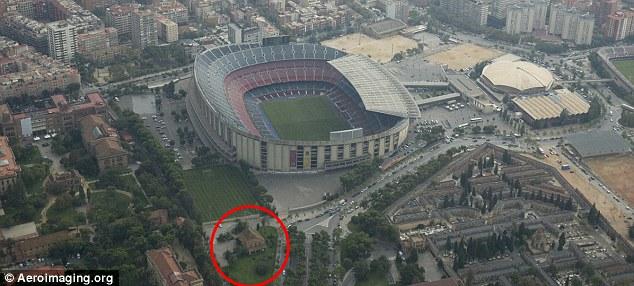 La Masia (lingkaran merah), Kawahcandradimuka pemain muda FC Barcelona, tepat berada di sisi stadion Nou Camp