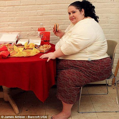 """Las grandes empresas: dieta alta en calorías de Donna le cuesta £ 500 por semana - financiado por un sitio web que ha puesto en marcha para 'admiradores de grasa """"que pagan por ver las fotos de su alimentación"""